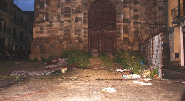 SEGNALAZIONI. Recinzione divelta e spazzatura nella piazzetta della chiesa Madre