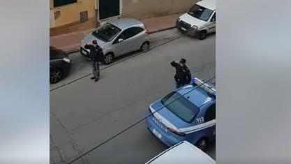 VIDEO. Agrigento, Polizia di Stato rende omaggio udendo l'inno di Mameli ai residenti della zona
